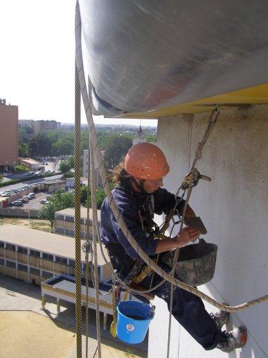 Saneamiento y reparación con mortero de fibra en paramento vertical.